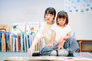 絵本を読む親子の写真・画像素材[2498391]