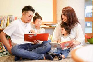 図書館で絵本を読む家族の写真・画像素材[2498538]