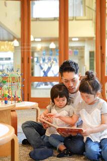 図書館で読み聞かせする親子の写真・画像素材[2498550]