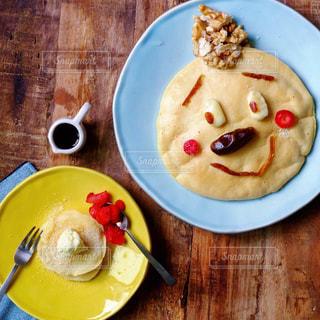 木製テーブルの上にバナナと食品のプレートの写真・画像素材[1875638]