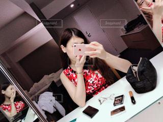 カメラにポーズ鏡の前に立っている女性の写真・画像素材[1801869]