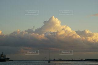 水の体の上の夕日の写真・画像素材[2425079]