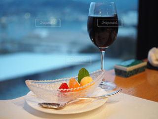近いテーブルに座ってワイン グラスのアップの写真・画像素材[1803405]