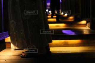 草津温泉街のライトアップと浴衣と下駄の写真・画像素材[1807513]