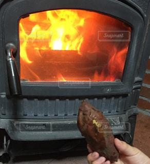薪ストーブと焼き芋の写真・画像素材[1805006]