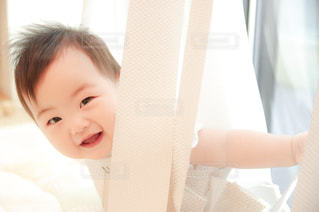 カーテンと赤ちゃんの隠れんぼ。の写真・画像素材[2175809]
