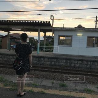 女性,夏,駅,後ろ姿,別れ,帰る人