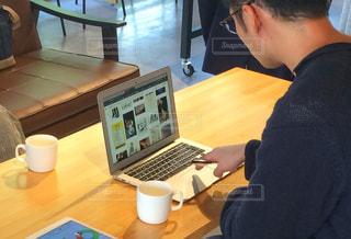 カウンターでパソコン作業をする男性の写真・画像素材[2403285]