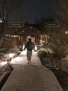 雪の中を歩く男の写真・画像素材[1818323]