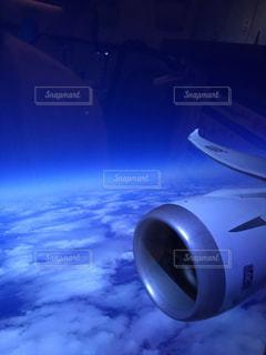 空の青と白の飛行機の写真・画像素材[1861023]