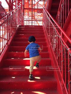 東京タワー,屋外,階段,赤,後ろ姿,子供,人物,背中,人,幼児,少年,男の子,段差