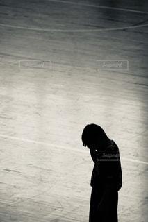 床に立っている人の写真・画像素材[1822388]