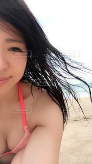 自分撮りをするピンクの髪の女性の写真・画像素材[2278786]