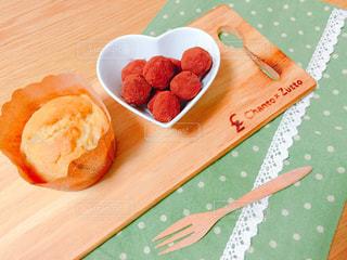木製テーブルの上に座って食品のプレートの写真・画像素材[1809657]