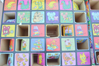 列に並んだ異なる色のグループの写真・画像素材[2124974]