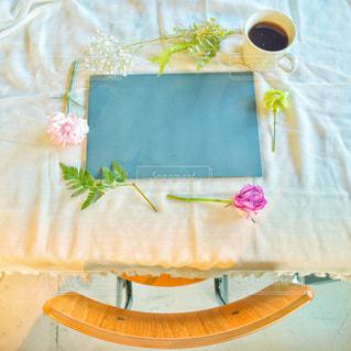 花,コーヒー,屋内,緑,植物,バラ,ドライフラワー,薔薇,椅子,机,マグカップ,黒板,チョーク,デスク,文房具,黒板消し,イス,ボード,デスク周り