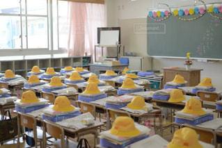 文字,屋内,晴れ,帽子,黄色,室内,窓,椅子,机,学校,黒板,教室,チョーク,デスク,明るい,文房具,小学校,入学,一年生,入学式,おめでとう,イス,ボード,新入生,デスク周り