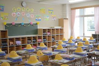 屋内,晴れ,帽子,黄色,室内,窓,椅子,机,学校,黒板,教室,日本,チョーク,デスク,明るい,文房具,小学校,入学,一年生,入学式,おめでとう,ランドセル,イス,ボード,新入生,デスク周り