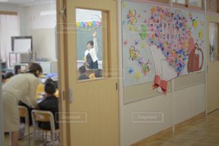 子ども,子供,椅子,机,学校,黒板,教室,日本,デスク,明るい,小学校,入学,一年生,入学式,おめでとう,ランドセル,授業,イス,7歳,6歳,ボード,生徒,新入生,先生,担任,授業中