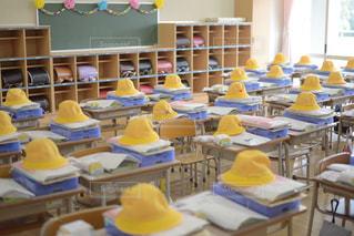 帽子,黄色,椅子,机,学校,黒板,教室,デスク,イエロー,明るい,小学校,入学,入学式,新学期,ランドセル,ボード,クラス