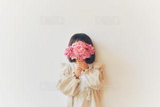 花束と女の子の写真・画像素材[2138399]