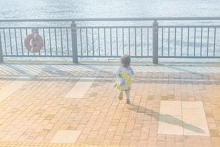 海辺でお散歩の写真・画像素材[2144783]