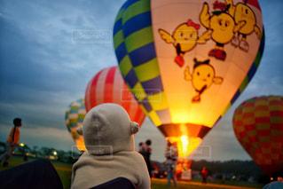 子ども,屋外,白,後ろ姿,夕暮れ,気球,夕方,日常,子供,女の子,人物,外,人,後姿,日本,バルーン,2歳,熱気球,お出かけ,夢中,ナイトグロー