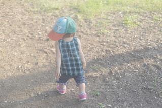 子ども,ファッション,公園,夏,芝生,屋外,緑,晴れ,後ろ姿,歩く,帽子,散歩,日常,子供,女の子,人物,外,人,後姿,土,グリーン,みどり,コーデ,お散歩,スニーカー,1歳,キャップ,後ろ,活発,うしろ姿,子育て,やんちゃ,育児,野球帽,みどりコーデ