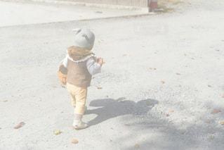 子ども,公園,冬,うさぎ,屋外,晴れ,後ろ姿,歩く,帽子,散歩,茶色,影,日常,子供,シルエット,女の子,人物,外,人,後姿,明るい,ブラウン,お散歩,スニーカー,1歳,後ろ,うしろ姿,子育て,ファー,ウサギ,うさ耳,カゴバッグ