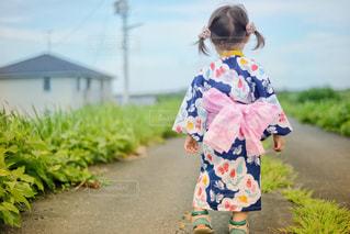 子ども,夏,屋外,かわいい,後ろ姿,散歩,日常,チューリップ,子供,女の子,背中,リボン,外,浴衣,後姿,可愛い,日本,歩道,お祭り,和服,2歳,ふんわり,お散歩,KAWAII,夏祭り,うしろ姿,和装,子育て,育児,夏まつり