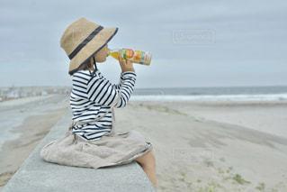 砂浜に座っている人の写真・画像素材[2215414]