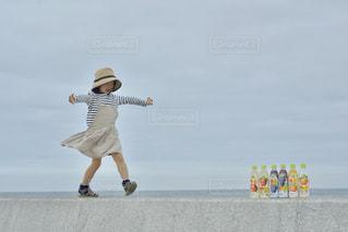 空中を飛び跳ねる人の写真・画像素材[2215481]