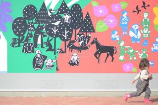 看板を持つ幼い子供の写真・画像素材[2231379]