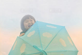 青い傘を持っている人の写真・画像素材[2231429]