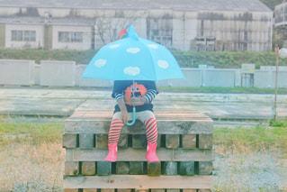 公園のベンチに座っている人の写真・画像素材[2231436]