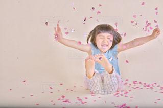 凧を飛ばす若い女の子の写真・画像素材[2264324]