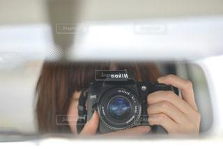 カメラを持った手の写真・画像素材[2268359]