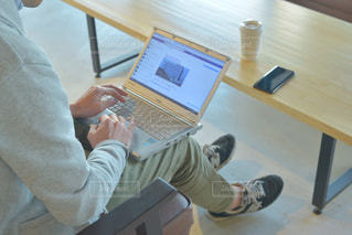 パソコンで仕事をしている男性の写真・画像素材[2310083]