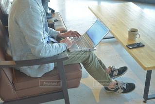 パソコンで仕事をしている男性の写真・画像素材[2310107]