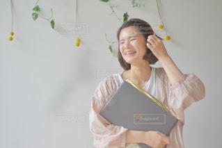 ノートパソコンを持っている人の写真・画像素材[2310174]