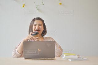 ノートパソコンの前に座っている人の写真・画像素材[2310211]