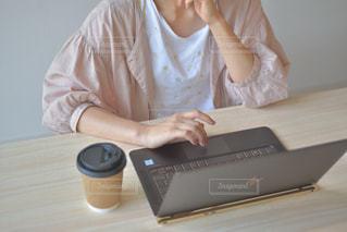 ノートパソコンを使って座っている人の写真・画像素材[2310227]