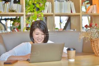 ノートパソコンと女性の写真・画像素材[2312391]