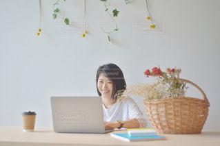 ノートパソコンを使っている女性の写真・画像素材[2312429]
