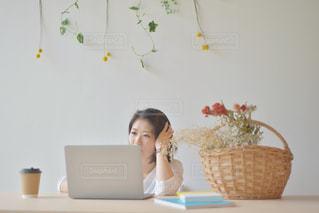 ノートパソコンを使っている女性の写真・画像素材[2312435]