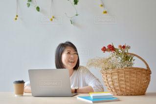 ノートパソコンを使っている女性の写真・画像素材[2312449]