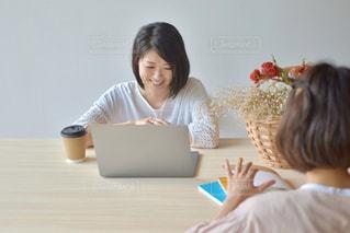 パソコンを使っている女性の写真・画像素材[2312450]