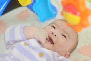 ベッドに横たわる赤ん坊の写真・画像素材[2343266]