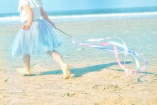 浜辺に立っている人の写真・画像素材[2344067]