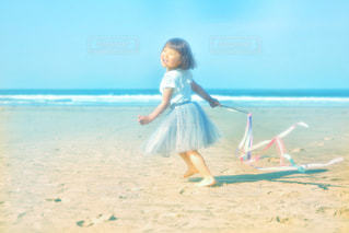 浜辺で踊っている子どもの写真・画像素材[2345427]
